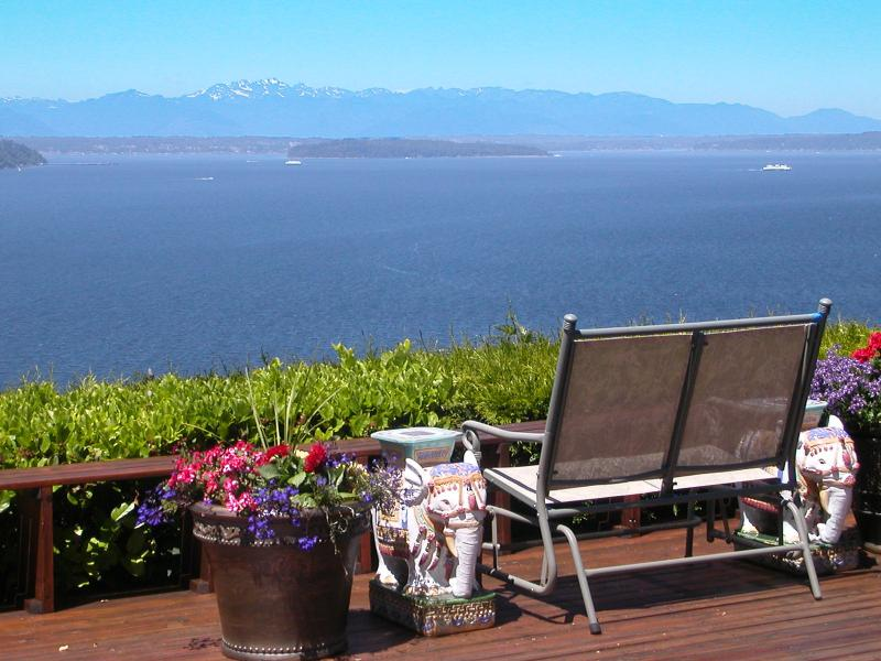 View from the deck - Garden View Room at Eagle's View B&B - Seattle - rentals