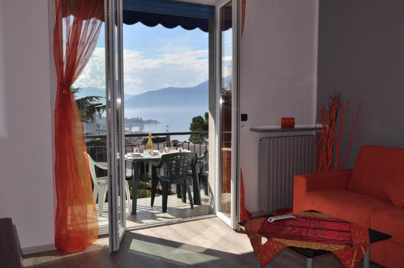 From the apartment entrance you enter directly into the living room and admire the view of the lake - Villaggio Menotti - Luino - rentals