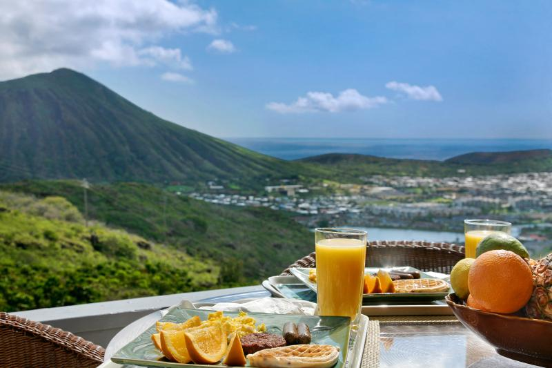Enjoy your breakfast with spectacular ocean view. - Stunning Ocean View Luxury Townhouse - Hawaii Kai - rentals