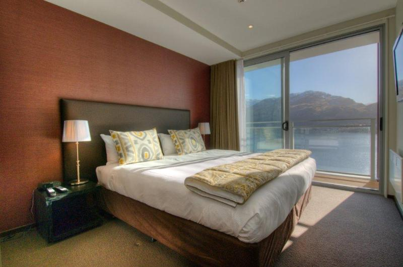 Village Queenstown master bedroom - Village Queenstown 2 bedroom Village Apartments - Queenstown - rentals