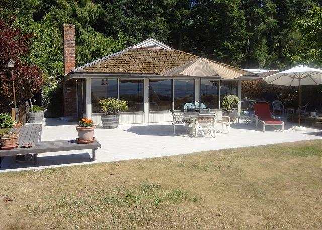 Wonderful view home with very large deck right on the beach! - 4 Bedroom Sandy Beachfront home on Mutiny Bay in Freeland - Freeland - rentals