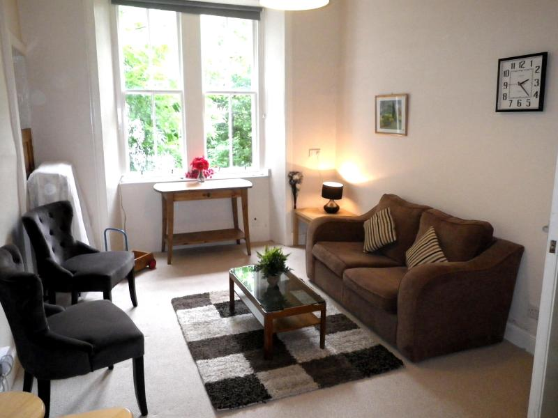 Lounge with sofa bed - Edinburgh visitor ground floor flat - Edinburgh - rentals