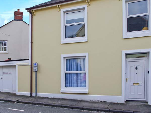 BARAFUNDLE HOUSE, pet-friendly coastal cottage, garden, close shops and beach, Tenby Ref 25109 - Image 1 - Tenby - rentals