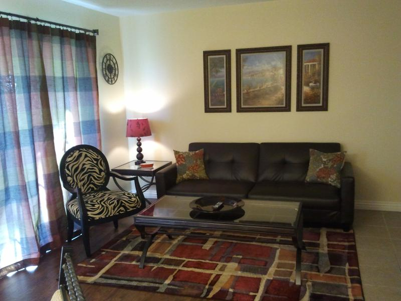 Living room with full-size futon - walk-in, 1 bdrm, wi-fi, renovated oct 2012, amenities - Branson - rentals