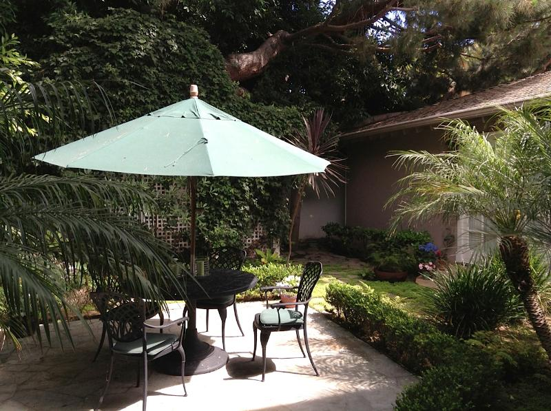 View of outdoor patio with guest house french doors to the right - Guest House in Beautiful Coronado - Coronado - rentals