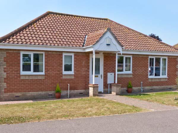 JOLEN, all ground floor, off road parking, garden, in Hemsby, Ref 21728 - Image 1 - Hemsby - rentals