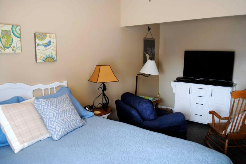 Master Bedroom with queen pillowtop bed, 42