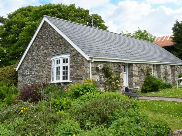 THE OLD STABLE, single-storey cottage on country estate, games room, close to coast, near Camelford, Ref 26392 - Image 1 - Camelford - rentals