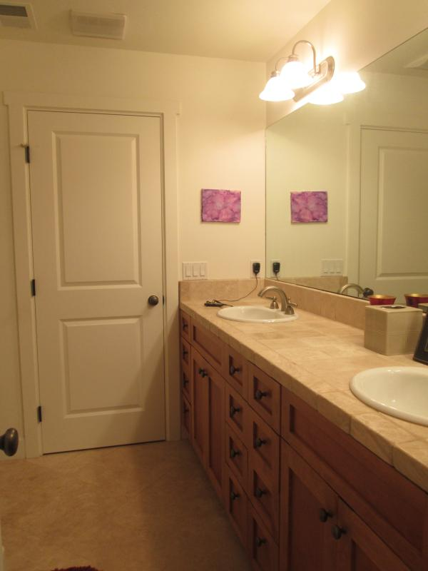 Jack and Jill adjoining bathroom - 2 bedroom/1 and 1/2 bath 5 blocks from beach. - Cardiff by the Sea - rentals