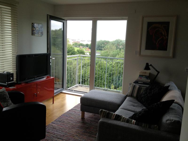 Sitting area with balcony overlooking Lochend Park - Beautiful 2-bedroomed Edinburgh apartment - Edinburgh - rentals