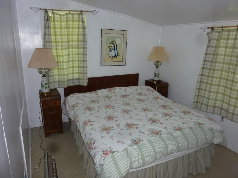 Omega - master bedroom - Secluded country cottage with access to private beach - Magog - rentals