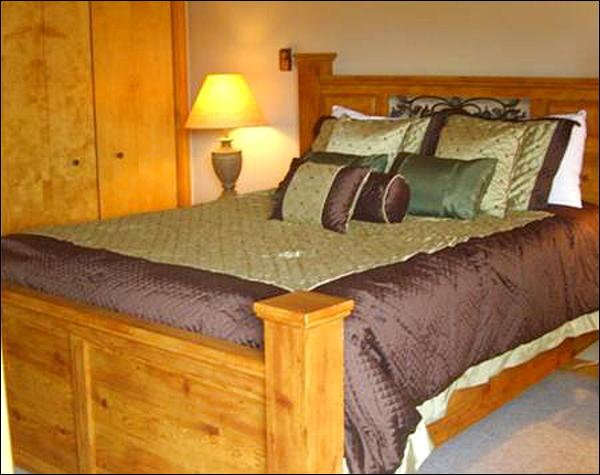 Queen Bed in the Master Bedroom - Inviting Eagle's Nest Condo - Wood & Stone Finishes Throughout (1289) - Crested Butte - rentals