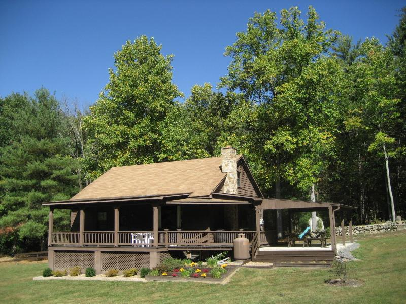 Front of cabin - Fox Den Cabin--Secluded Mountain Getaway Near Shenandoah National Park - Luray - rentals