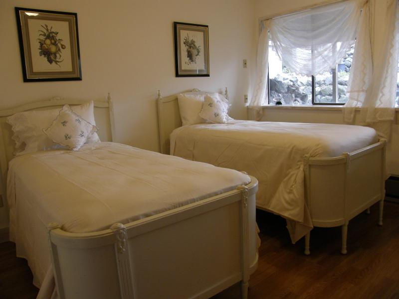 Mia Room with two Twin beds - Ted's Place A Hostel on Whidbey Island - Freeland - rentals