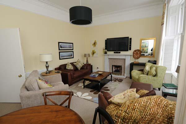 Comfortable , roomy sitting room, perfect for a game of cards, or kick back and watch HDTV - Vardon House ...just minutes to the Old Course - Saint Andrews - rentals