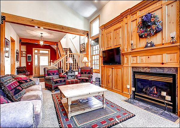Stunning Living Room has Vaulted Ceilings and a Cozy Gas Fireplace - Beautiful Landscape Views - One Block from Breckenridge Nordic Center (13383) - Breckenridge - rentals