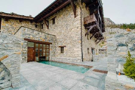 Majestic Chalet Toit du Monde offers skiing, and indoor/outdoor heated pool - Image 1 - Val-d'Isère - rentals