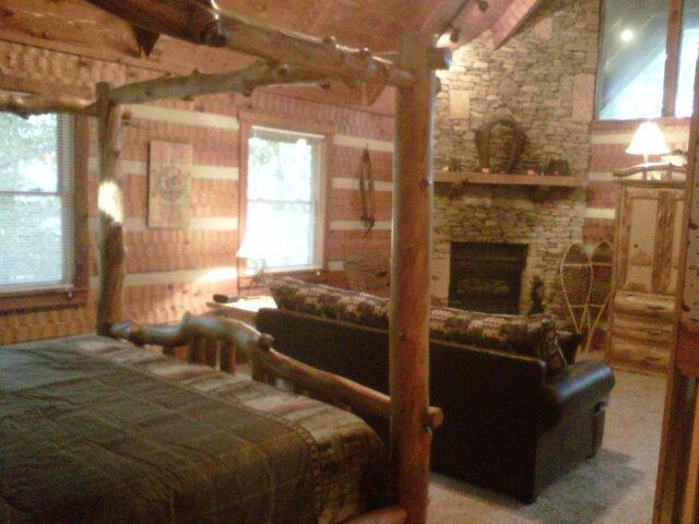 WOW! King Log Canopy Bed, Stacked rock fireplace, vaulted cedar ceilings, split log get a way!  - Honey Bear Pause - Townsend - rentals