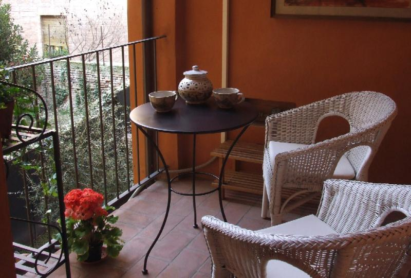 The terrace - Picture yourself dining here, al fresco, right above the garden. - CASA ARIENTI – Central, Design Furniture, Peerless Rental - Bologna - rentals