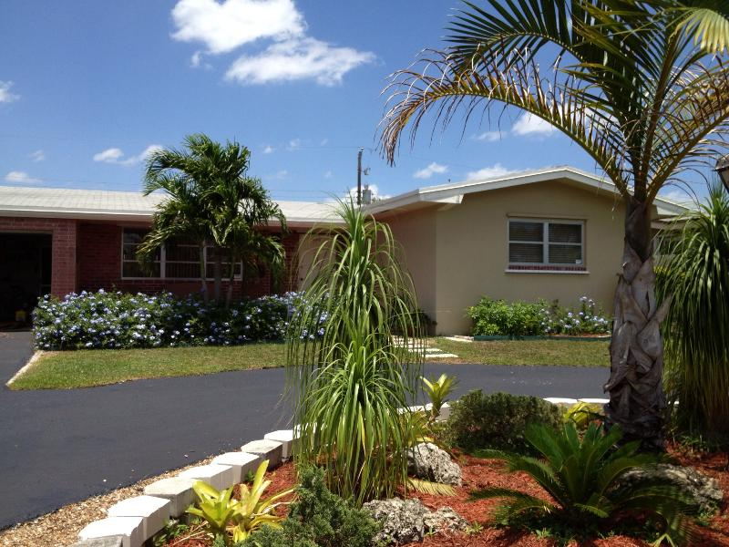 our house / garage and carport - 3/2 - Mins From EVERYTHING with private yard - Pembroke Pines - rentals