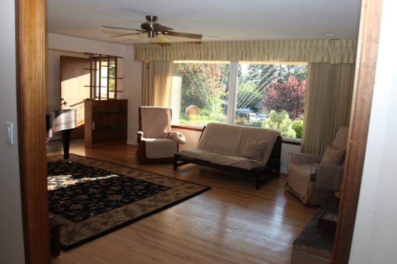 Living Room with Natural Night - Beautiful 3 Bedroom Ranch House with Grand Piano - Edmonds - rentals