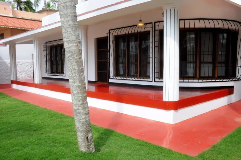 beautful lawns and verandah seafront close to the massage room - KOVALAM  LUXURY BEACH HOUSE SEA FRONT - Kovalam - rentals