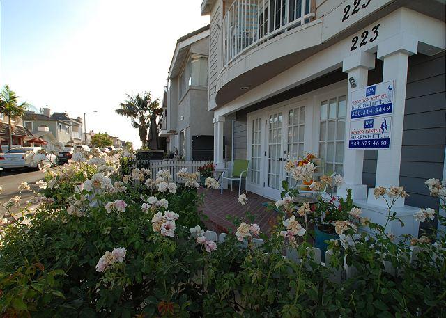 Contemporary Lower 3BD/2.5BA Condo Two Blocks from the Beach - Image 1 - Newport Beach - rentals