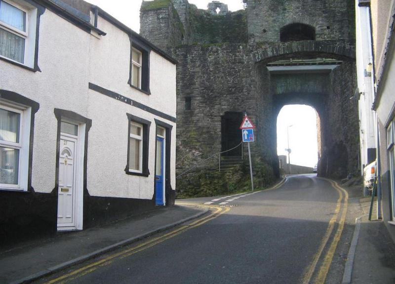 Exterior with view of 800 year old Upper Gate - TY PEN Y BRYN - Conwy - rentals