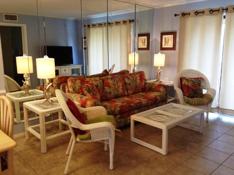 Beach inspired living room - FALL SPECIALS! OCEANFRONT Resort with LOW COUNTRY Views!! - Hilton Head - rentals