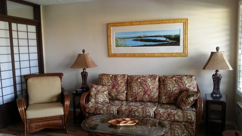 Living Room with designer furnishings and hawaiian art - Kona Bobs Oceanfront Luxury at an Affordable Price - Kailua-Kona - rentals