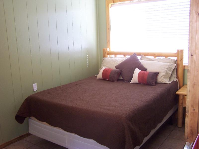 One bedroom with queen bed - Beautiful condo 8 in town, sleeps 4 - Red River - rentals
