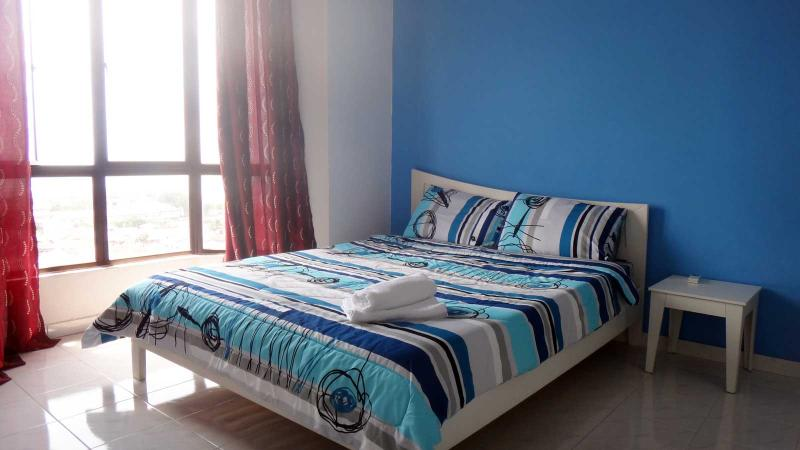 Master bedroom with large windows looking over Straits of Melaka - Straits Courts Sea View 3 Bedrooms Apartment - Melaka - rentals