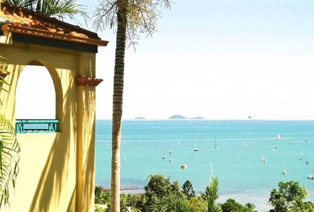 STUNNING RESORT PENTHOUSE -  right in town centre. - Image 1 - Airlie Beach - rentals