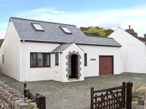 PEN Y BONT family-friendly, close to beach, village centre in Aberdaron Ref 30659 - Image 1 - Aberdaron - rentals