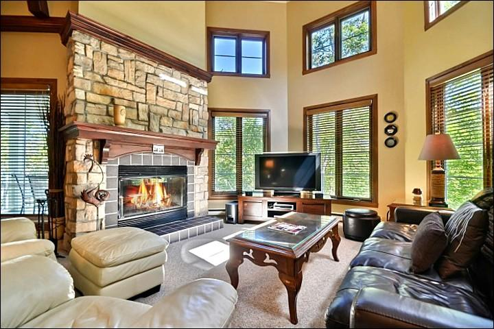 Spacious Living Room Boasts Vaulted Ceilings and a Cozy Gas Fireplace - Mountain, Forest and Village Views - Modern and Stylish Interior (6145) - Mont Tremblant - rentals