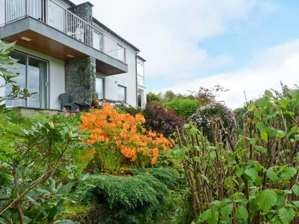 WALKER'S RETREAT, WiFi, balcony with views to Loughrigg Fell, ground floor, Ref 911820 - Image 1 - Ambleside - rentals