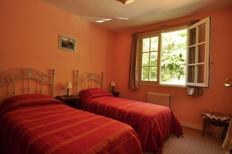 Twin bedroom. One of 3 bedrooms available at La Pierre Plantee Bed and Breakfast - La Pierre Plantée Bed and Breakfast - Souillac - rentals