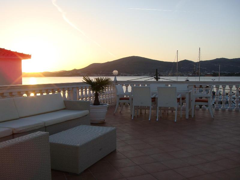 Roof terrace - Lovely apartment villa with jacuzzi near Trogir - Trogir - rentals