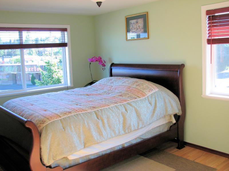 bedroom from the 3 bedroom unit - 1 & 3 BR w/ 2-1/2 bath Seattle Furnished townhomes - Seattle - rentals