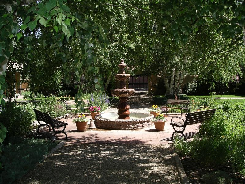 Courtyard in Summer.JPG - It's cool in Taos! - Taos - rentals