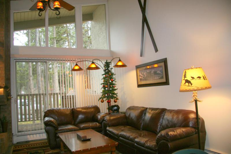 Living room with vaulted ceilings & balcony - A+ Breckenridge condo. 2 BD+ loft, 3 Ba, Walk lift - Breckenridge - rentals