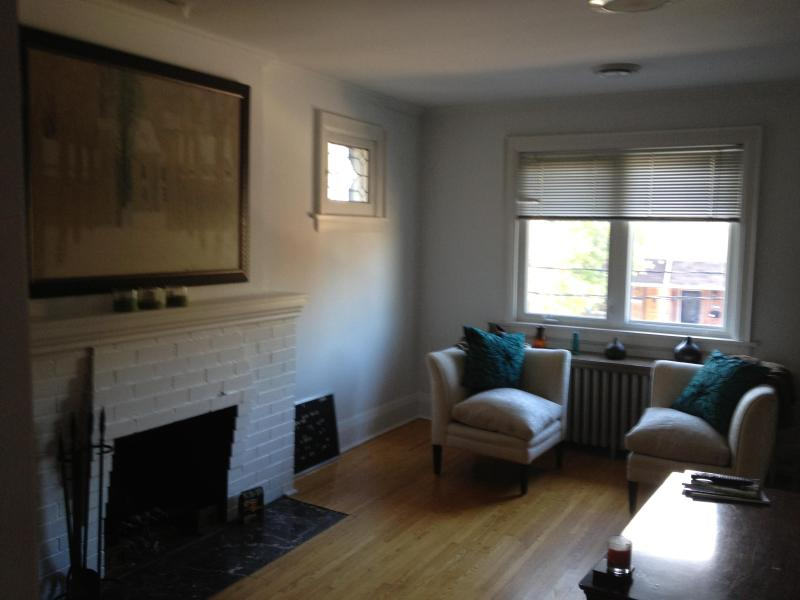 Living room with hardwood floors - Luxurious & Modern at Yonge and Eglinton - Toronto - rentals
