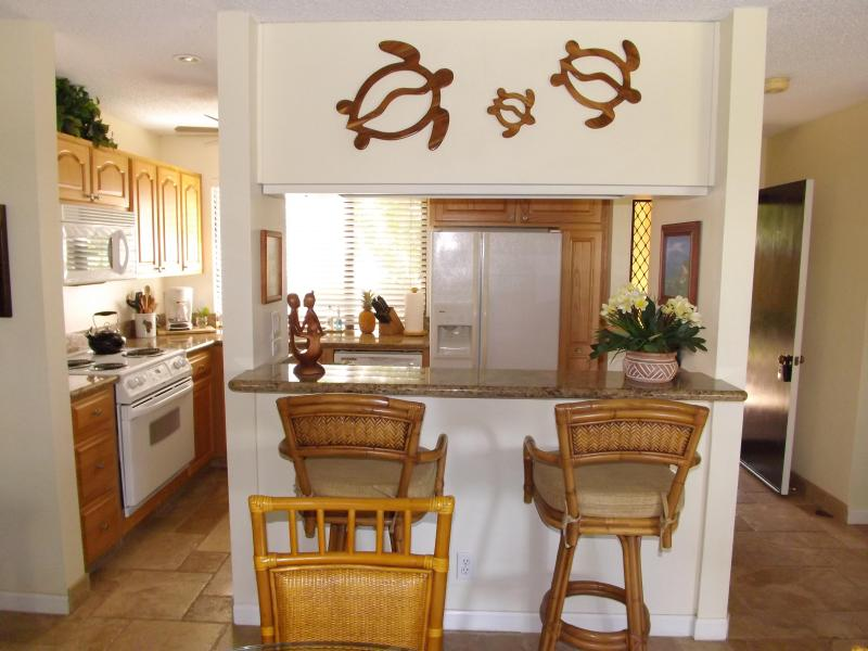 Kitchen and Breakfast Bar - EKAHI,37B,New Remodel, Ocean+Mountain View,Sleeps4 - Wailea - rentals