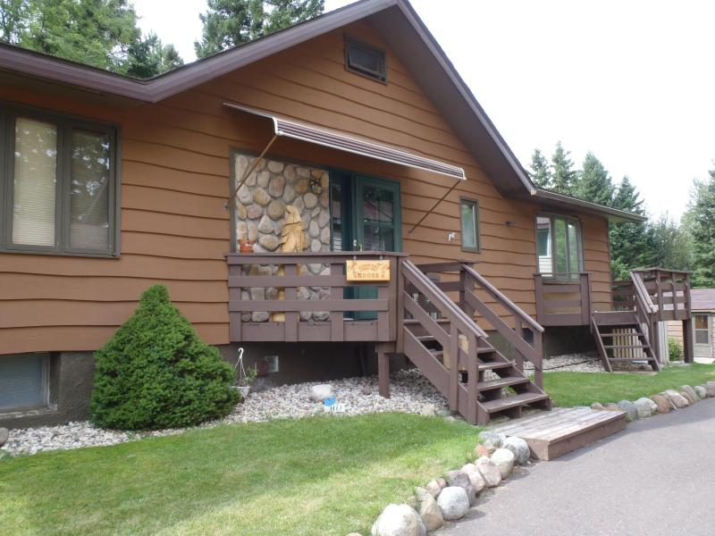 Front entrance - Somebody Else's House - Getaway, Crafting Retreats - Duluth - rentals