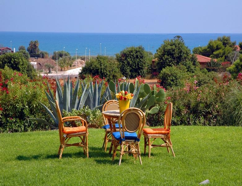 the sea view garden of the villa - Holiday apartment in Villa with Sea View - Pozzallo - rentals