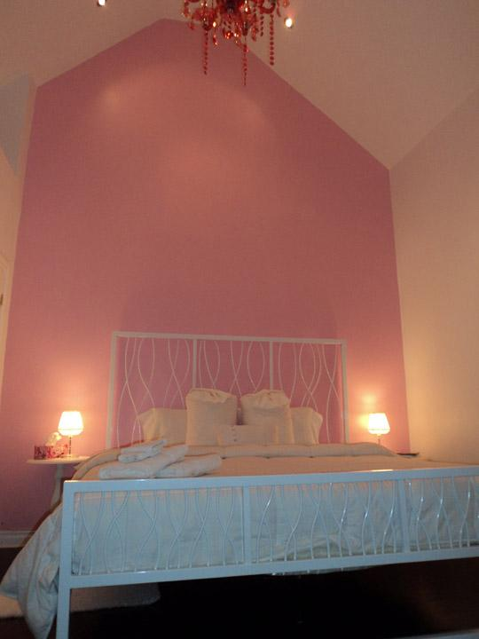 Strawberry Room - Strawberry room @ Jare's Place Bed & Breakfast - Toronto - rentals