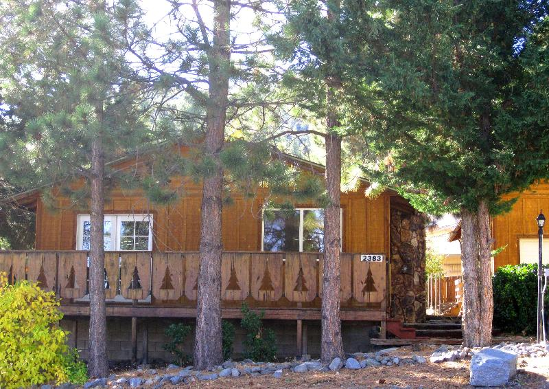 Relax at the Little Pines Cabin, Wrightwood. Wrap-around deck under towering pine trees. - LITTLE PINES CABIN Fireplace, Sauna, Deck, $39 Ski - Wrightwood - rentals