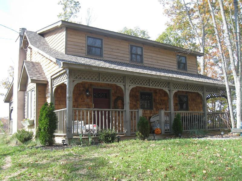 "Cozy hilltop Cottage with front porch seating. - ""Amazing Grace""cottage - Johnson City - rentals"