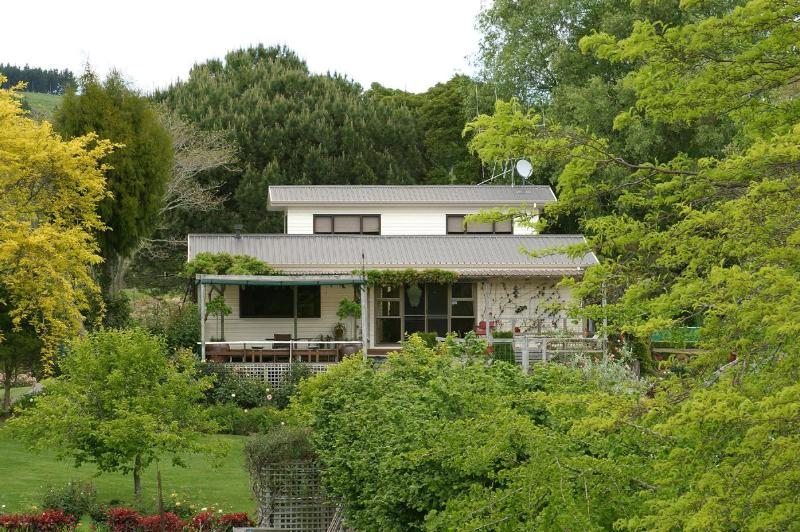 Our house with the self-contained Bed & Breakfast suite above and behind - Fothergills on Mimiha Bed & Breakfast - Bay of Plenty - rentals