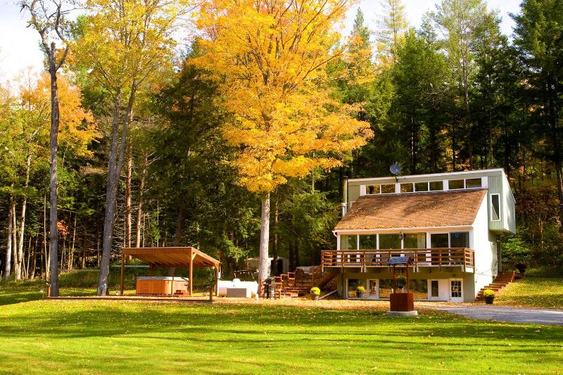 Tri-level Vermont Chalet near Woodstock/Killington - Charming Vermont Chalet with Hot Tub nr Woodstock & Killington - Bethel - rentals